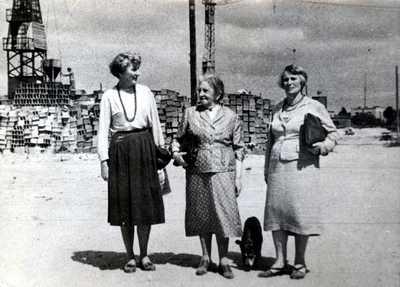 Budowa Instytutu Reumatologii przy ul. Spartańskiej  od lewej: dr Danuta Dubrowska, prof. Eleonora Reicher,  dr Hanna Dworakowska i pies PIRek